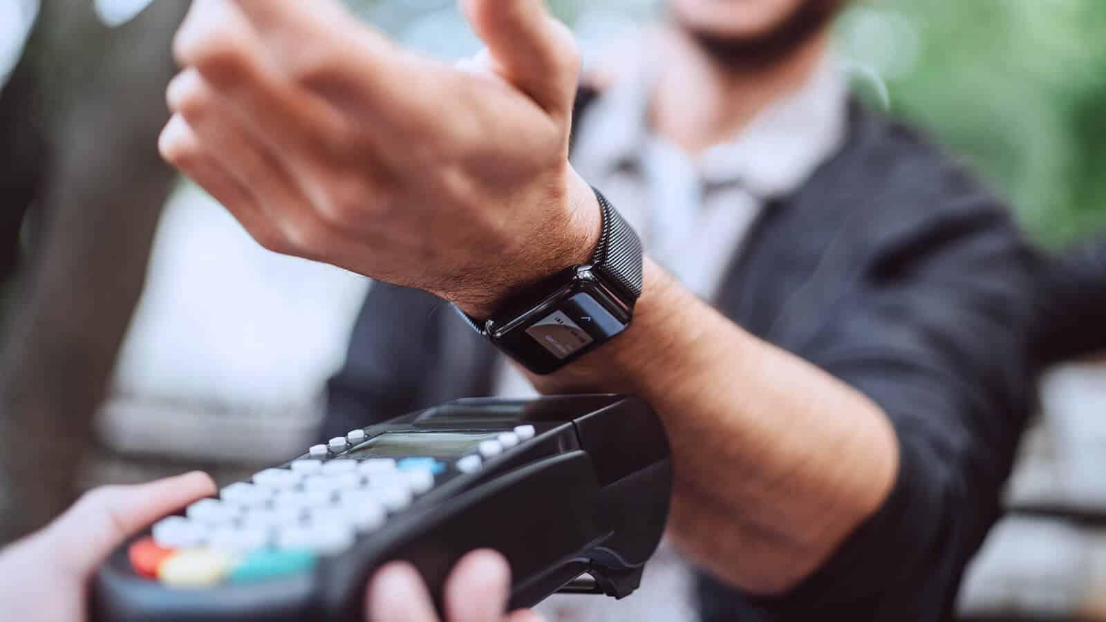 Smartwatch Bezahlvorgang mit Terminal